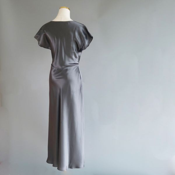 Silken V-dress in khaki